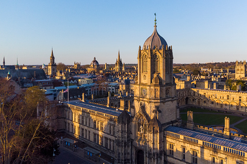 University Student「Aerial view of the Dreaming Spires of Historic Oxford. Tom Tower and Christ Church College foreground.」:スマホ壁紙(19)