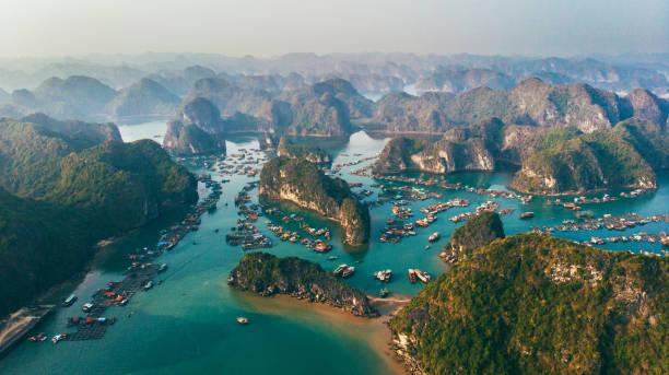Aerial view of Halong Bay in Vietnam:スマホ壁紙(壁紙.com)