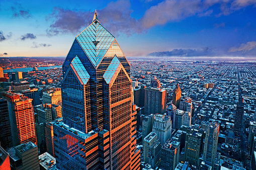 Pennsylvania「Aerial view of the 'Two Liberty Place' skyscraper at sunset」:スマホ壁紙(1)