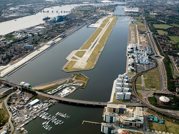 静かな情景「Aerial view City Airport from the east. Old Royal Docks, University of East London, Thames Barrier,Excel」:写真・画像(3)[壁紙.com]
