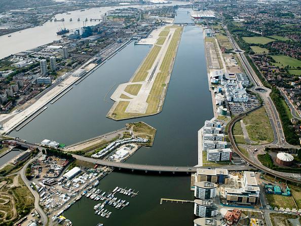 静かな情景「Aerial view City Airport from the east. Old Royal Docks, University of East London, Thames Barrier and Excel exhibition Centre」:写真・画像(4)[壁紙.com]