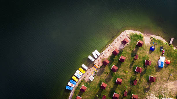 Aerial view of holiday chalets and boats moored up on peaceful lake:スマホ壁紙(壁紙.com)
