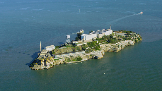 Infamous「Aerial view of island prison, San Francisco, California, United States」:スマホ壁紙(13)