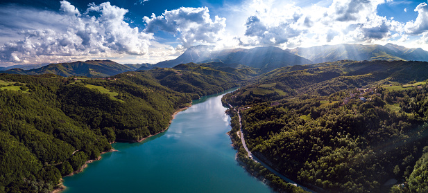 Sweeping「Aerial view flying above a lake in central Italy」:スマホ壁紙(11)