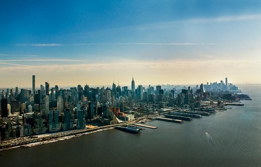 Helicopter「ニューヨーク市のスカイライン日没時にヘリコプターからの空撮」:スマホ壁紙(3)
