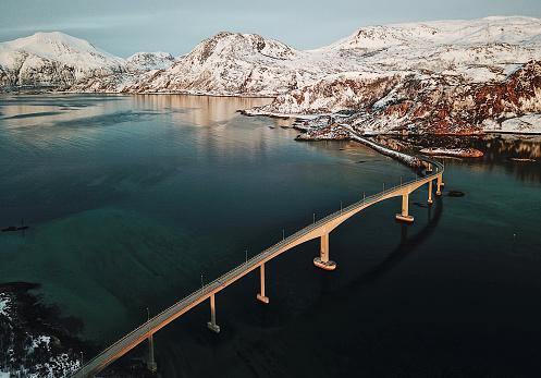 北極「ロフォーテン諸島は、橋の空撮」:スマホ壁紙(5)