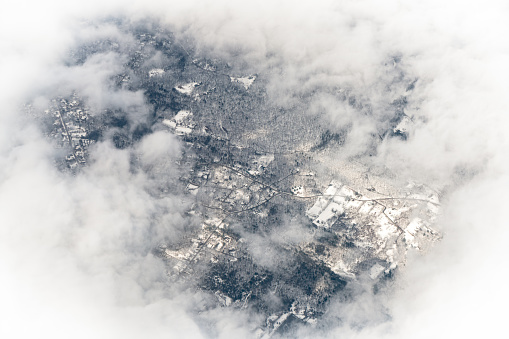 White Color「雲に囲まれた雪に覆われた土地の空撮」:スマホ壁紙(15)