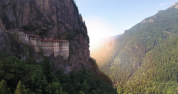 Temple「スメラ修道院はトラブゾン、トルコの空撮。」:スマホ壁紙(7)
