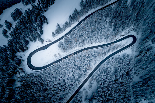 Hairpin Curve「Aerial view of winding road through mountains in winter, Salzburg, Austria」:スマホ壁紙(3)