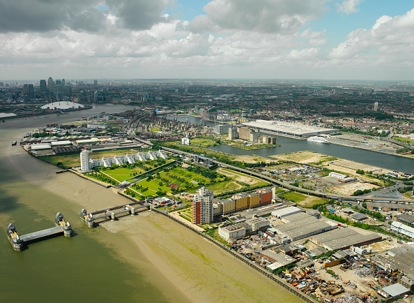 Horizon「Aerial view of the Thames Barrier, ExCel Exhibition Centre on Royal Victoria Dock, Barrier Point, a landmark prestige housing development by Barratt, Tradewinds Barratt development, The Millennium Dome and Canary Wharf in the background London Docklands,」:写真・画像(2)[壁紙.com]