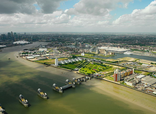 Horizon「Aerial view of the Thames Barrier, ExCel Exhibition Centre on Royal Victoria Dock, Barrier Point, a landmark prestige housing development by Barratt, Tradewinds Barratt development, The Millennium Dome and Canary Wharf in the background London Docklands,」:写真・画像(17)[壁紙.com]