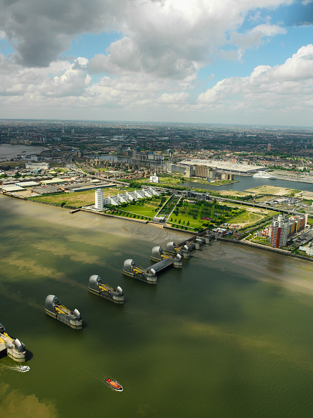 Horizon「Aerial view of the Thames Barrier, ExCel Exhibition Centre on Royal Victoria Dock and Barrier Point, a landmark prestige housing development by Barratt, London Docklands, Thames Gateway, UK」:写真・画像(13)[壁紙.com]