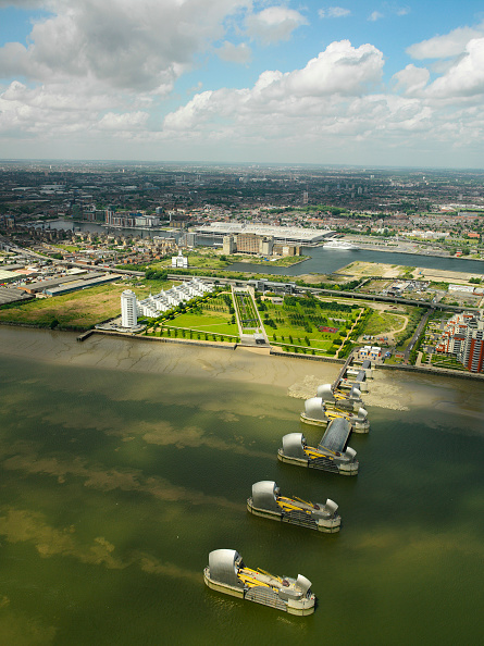 Horizon「Aerial view of the Thames Barrier, ExCel Exhibition Centre on Royal Victoria Dock and Barrier Point, a landmark prestige housing development by Barratt, London Docklands, Thames Gateway, UK」:写真・画像(8)[壁紙.com]