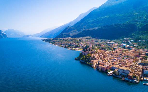 マルチェージネ、イタリアのガルダ湖空撮:スマホ壁紙(壁紙.com)