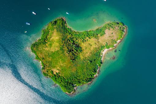 島「澄んだターコイズブルーの水を使った砂浜の空中写真」:スマホ壁紙(0)