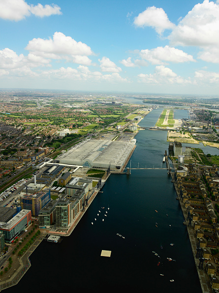 Horizon「Aerial view of the ExCel Exhibition Centre, Royal Victoria Dock, Royal Albert Dock and City Airport near Canary Wharf, Thames Gateway, London, UK New property development under construction along the Dock」:写真・画像(3)[壁紙.com]