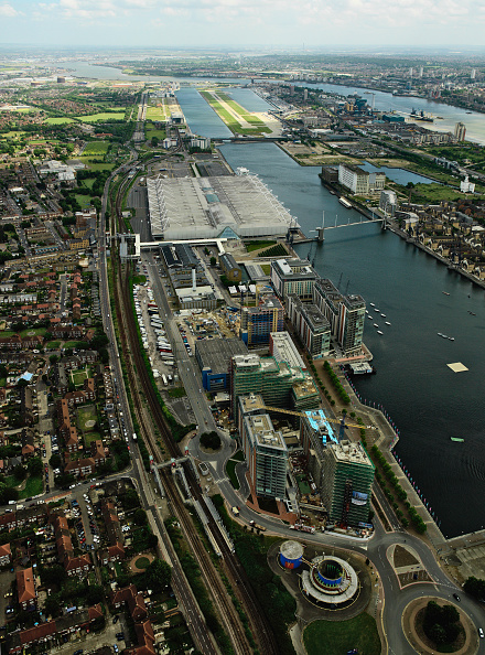 Horizon「Aerial view of the ExCel Exhibition Centre, Royal Victoria Dock, Royal Albert Dock and City Airport near Canary Wharf, Thames Gateway, London, UK New property development under construction along the Dock」:写真・画像(10)[壁紙.com]