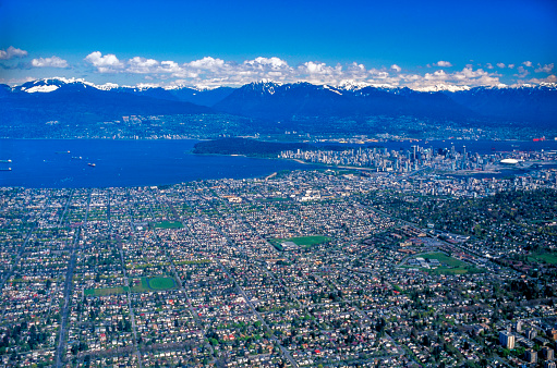 British Columbia Coast Mountains「Aerial view of Vancouver from the west, looking at Kitsilano district, English Bay, Stanley Park, Downtown and the North Shore Mountains in summer」:スマホ壁紙(10)