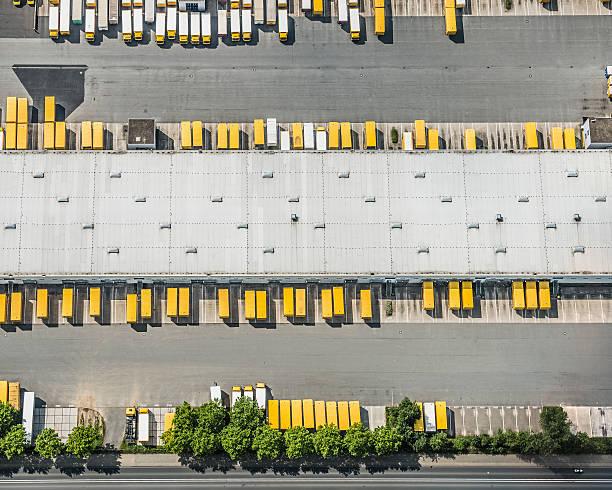 Aerial view of postal trucks and truck trailers:スマホ壁紙(壁紙.com)
