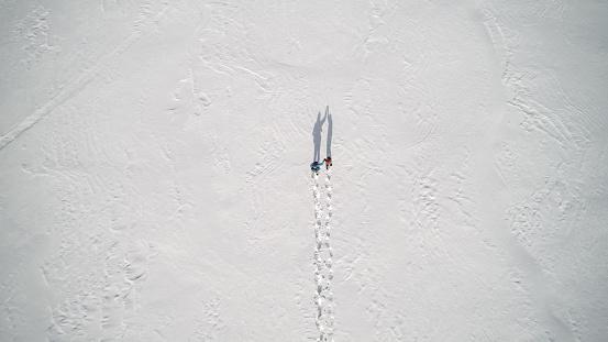 あこがれ「Aerial View Family Snowshoeing Outdoor in winter」:スマホ壁紙(6)