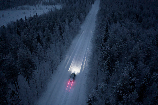 Winding Road「Aerial view of a snow road going through in the snow covered forest in Finland」:スマホ壁紙(3)
