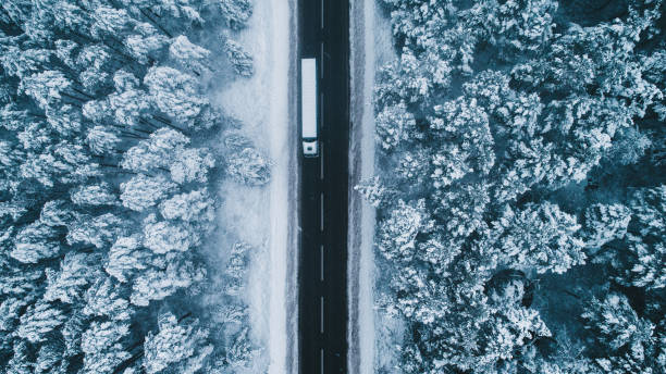 Aerial view of road in winter with truck on it:スマホ壁紙(壁紙.com)