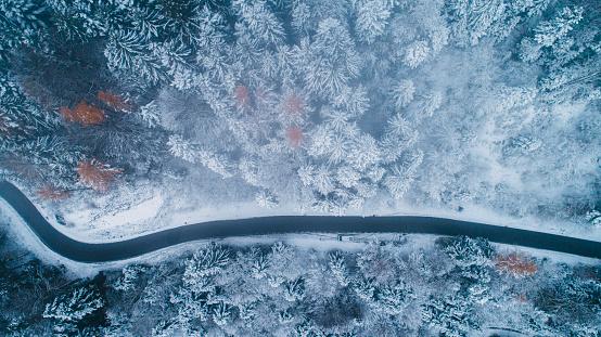 Austria「Aerial view of road in winter」:スマホ壁紙(4)