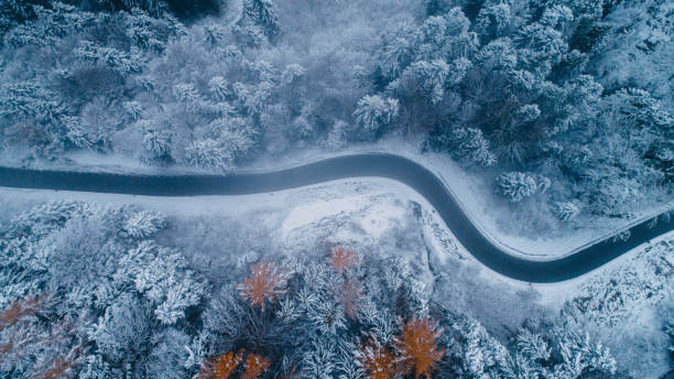 Aerial view of road in winter:スマホ壁紙(壁紙.com)