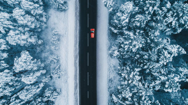 Aerial view of road in winter with red car on it:スマホ壁紙(壁紙.com)