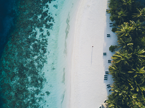 Sunshade「Aerial view of paradisiac island in Maldives」:スマホ壁紙(2)