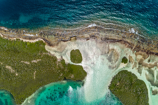 Cay「Aerial view of a mangrove forests among cays and shallow turquoise waters in the Caribbean sea.」:スマホ壁紙(15)