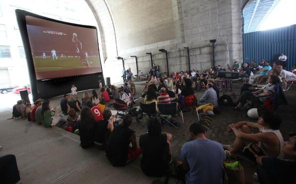 Projection Screen「U.S. Soccer Fans Watch USA vs. England World Cup Match」:写真・画像(15)[壁紙.com]