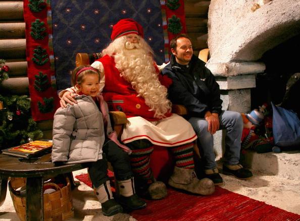 Village「Jade Chagnon poses for photo with Santa」:写真・画像(18)[壁紙.com]