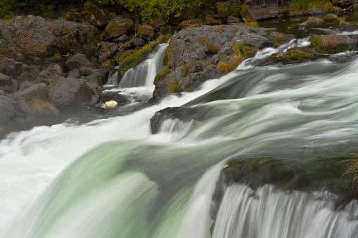 Umpqua National Forest「Deadline Falls in autumn, North Umpqua River, Umpqua National Forest, Oregon, USA」:スマホ壁紙(10)