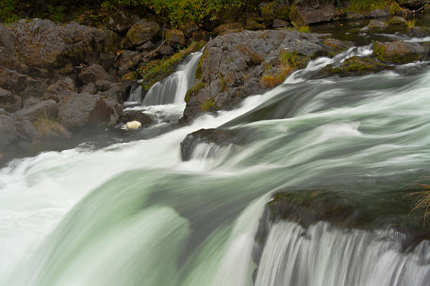 Deadline Falls in autumn, North Umpqua River, Umpqua National Forest, Oregon, USA:スマホ壁紙(壁紙.com)