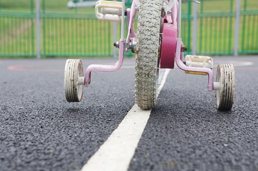 Dividing Line - Road Marking「bike wheels with stabilizers」:スマホ壁紙(12)