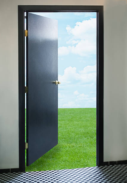 Door opening onto green lawn:スマホ壁紙(壁紙.com)