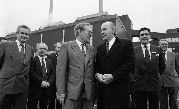 1990-1999「President Hillery at Moneypoint Power Station on his last Official Duty」:写真・画像(16)[壁紙.com]