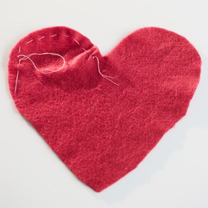 ハート「Stitched red heart」:スマホ壁紙(14)