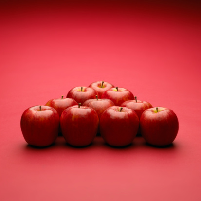 Red Background「Apples arranged in triangle, red background」:スマホ壁紙(13)