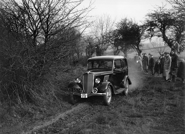 Country Road「EGH Arnold's Ford Model Y, Sunbac Colmore Trial, near Winchcombe, Gloucestershire, 1934」:写真・画像(2)[壁紙.com]