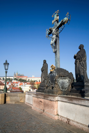 Charles Bridge「Sculpture of the Crucifix and Calvary on the Charles Bridge in Prague, with Hradcany castle and Saint Vitus's Cathedral in the background」:スマホ壁紙(19)
