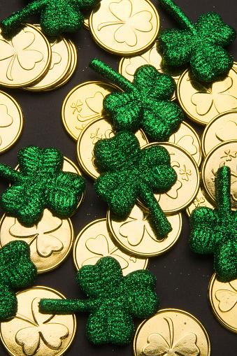 金運「Shamrocks とゴールドの硬貨」:スマホ壁紙(14)