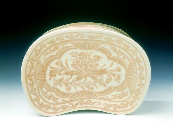 Chrysanthemum「Ding bean-shaped pillow with sgraffito lotus design, Jin dynasty, China, 12th century.」:写真・画像(12)[壁紙.com]