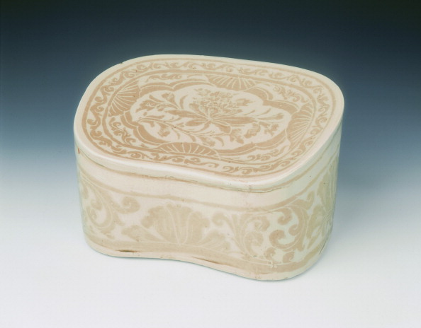 Chrysanthemum「Ding bean-shaped pillow with sgraffito lotus design, Jin dynasty, China, 12th century.」:写真・画像(12)[壁紙.com]