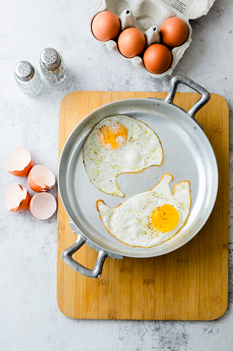 Animal Egg「Two fried eggs with pepper in pan」:スマホ壁紙(11)
