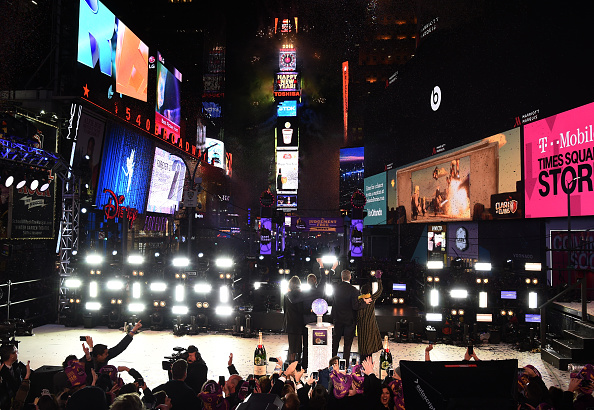 Atmosphere「Moet & Chandon Rings In 2016 As The Official Champagne Of Times Square New Year's Eve」:写真・画像(12)[壁紙.com]