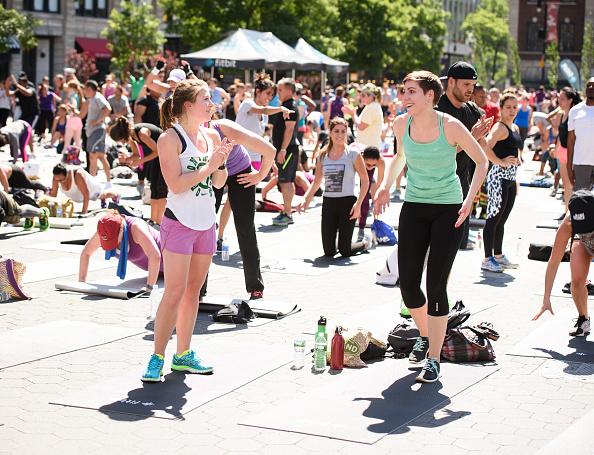 ウェアラブル端末「Launch Of Fitbit Local Free Community Workouts In New York At Union Square」:写真・画像(5)[壁紙.com]
