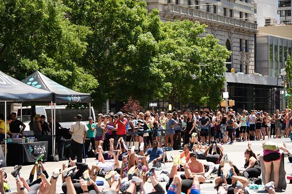 ウェアラブル端末「Launch Of Fitbit Local Free Community Workouts In New York At Union Square」:写真・画像(6)[壁紙.com]
