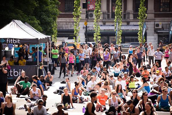 ウェアラブル端末「Launch Of Fitbit Local Free Community Workouts In New York At Union Square」:写真・画像(9)[壁紙.com]